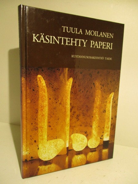 Käsintehty paperi : idän ja lännen paperinvalmistusmenetelmistä, Tuula Moilanen