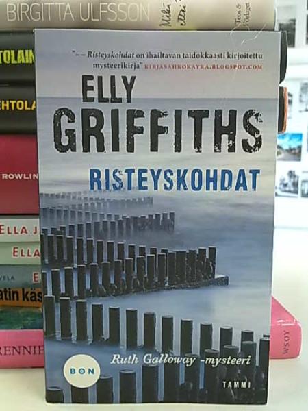 Risteyskohdat - Ruth Galloway-mysteeri, Elly Griffiths